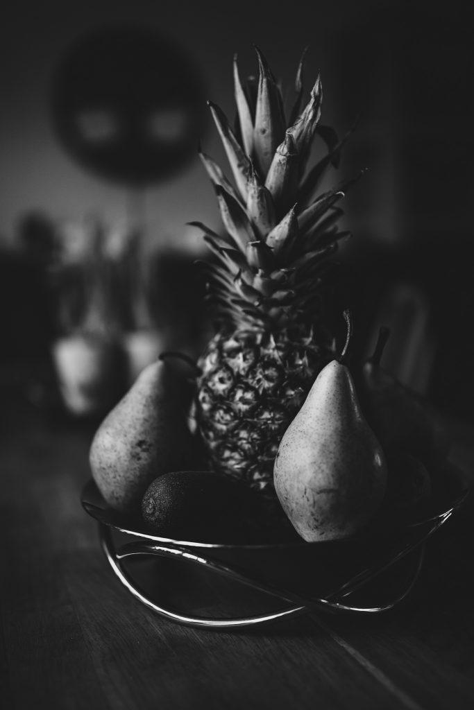 Obstschale in schwarzweiß